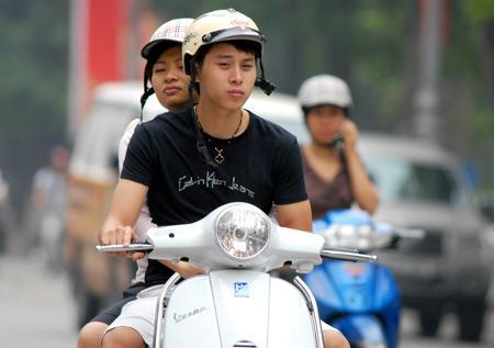 Mức xử phạt hành chính không cài quai mũ bảo hiểm khi tham gia giao thông – Luật 24H