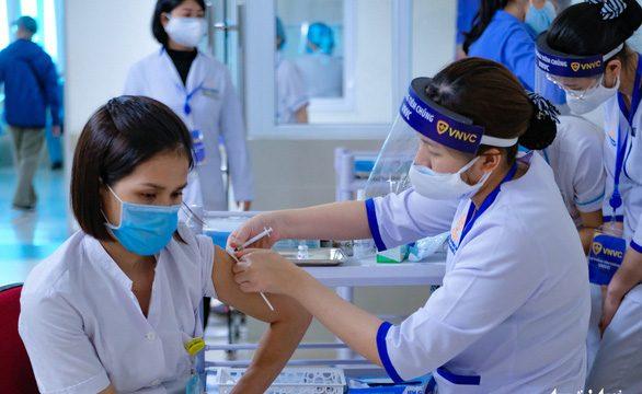 Hà Nội miễn phí tiêm vắc xin ngừa COVID-19 cho công dân từ 18 – 65 tuổi